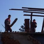 Radnici na skidanju krova